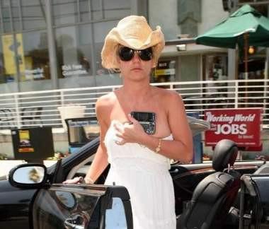 Britney elbisesinin azizliğine uğradı
