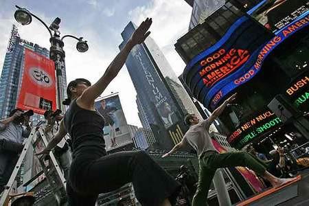 Times Meydanında sıradışı yoga şovu