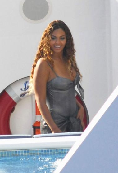 Beyonce havuz başında yakalandı..