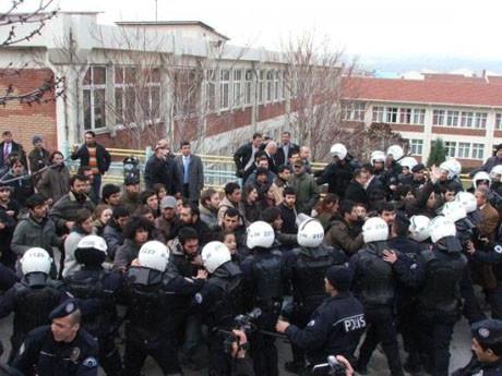 Üniversitelileri gözaltına aldılar