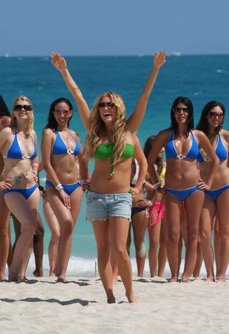 Kızlar bikini partisine koştu!