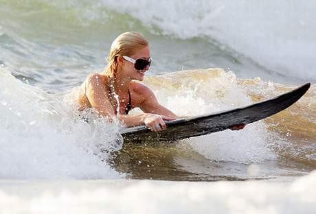 Paris Hilton Hawaiye koştu