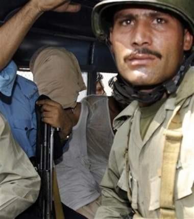 Pakistanda kuşatma altındaki Kırmızı Camiden kareler