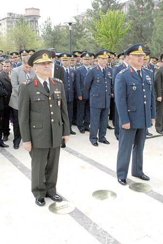 Komutan, Baydemiri ayağıyla itti !