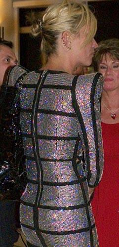 Fazla dağıtınca elbisesi yırtıldı