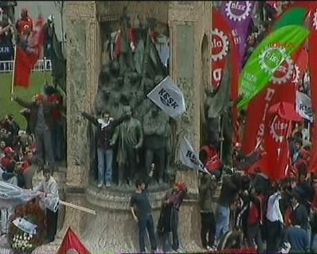 Atatürk heykeline tırmandılar