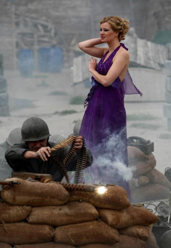 Savaş temalı moda çekimi