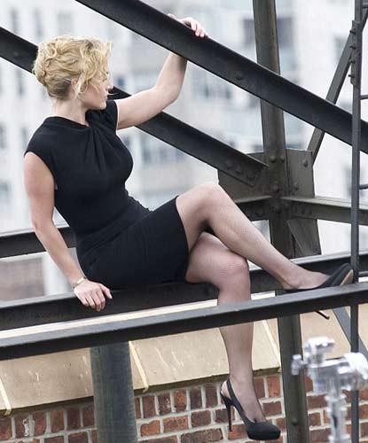 Kate Winslet gökdelende poz verdi