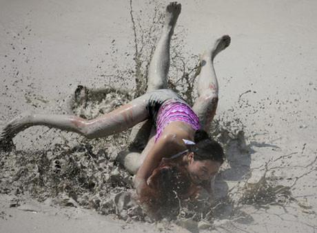 Kızlar çamur güreşinde !