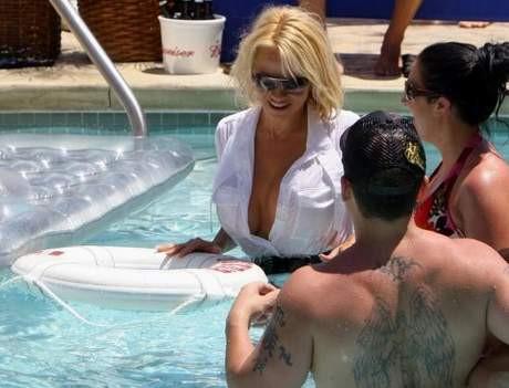 Pamela Anderson havuza elbiseleriyle girince...