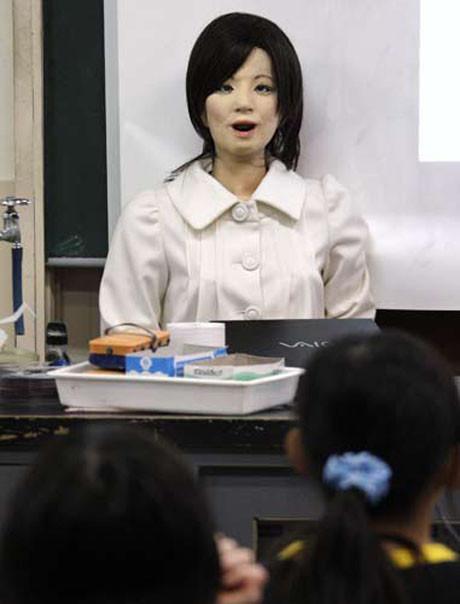 Robot öğretmen ilk dersini verdi