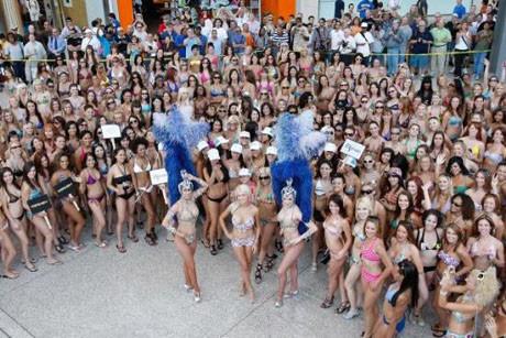 Yazın gelişini bikiniyle kutladılar