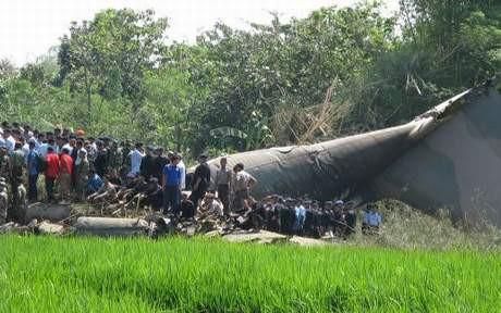 Dev uçak köye düştü