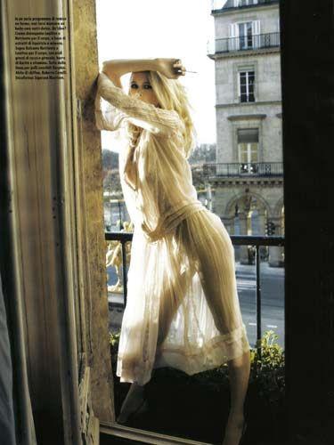 Claudia Schiffer objektiflere poz verdi