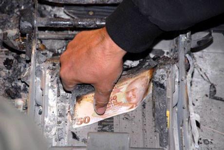 Acemi soyguncular bankamatiği yaktı