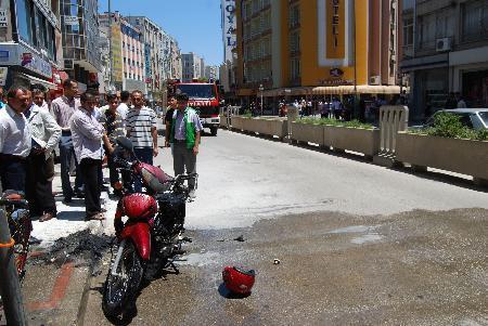 Polise kızıp motorunu yaktı