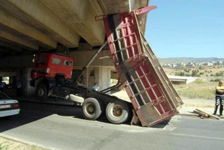 Damperini köprüye çarptı