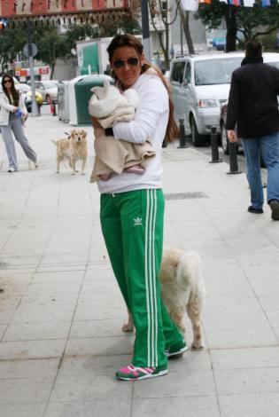 Bir elinde bebeği, bir elinde köpeği