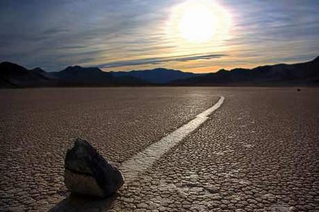Bu çölde taşlar hareket ediyor!