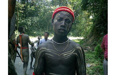 İlkel kabilenin turistlerle karşılaşması