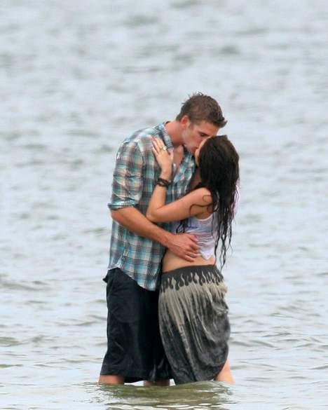 Miley Cyrustan ateşli öpücük