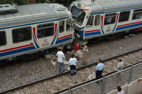 Tren rayına oturup intihar etti !