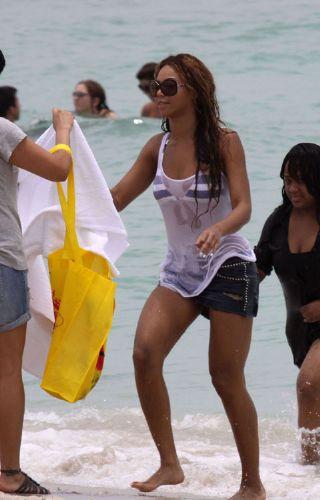 Beyonce bikinisini sakladı