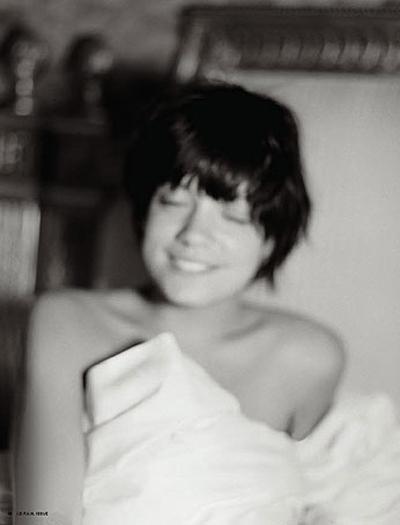 Lily Allen üstsüz poz verdi