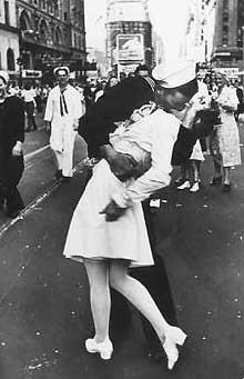 Yüzlerce kişi meydanda öpüştü