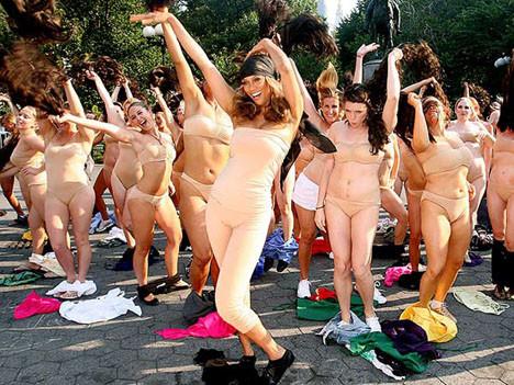 Sokakta striptiz yaptılar