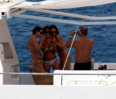 Kızlarla tekne sefası