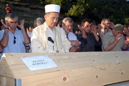 Aile katliamının ardından acı tören