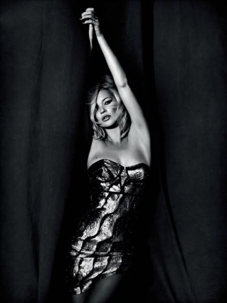 Kate Moss objektiflere poz verdi