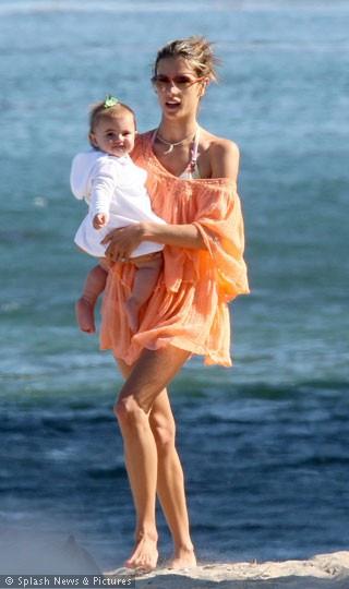 Plajın güzel anneleri