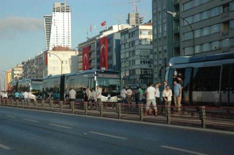 Metrobüs yolu tıkandı