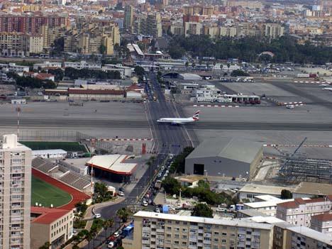 Uçaklar caddeye iniyor !