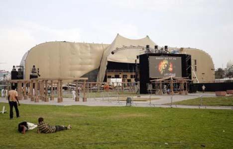 Heryer Kaddafi in posterleriyle doldu