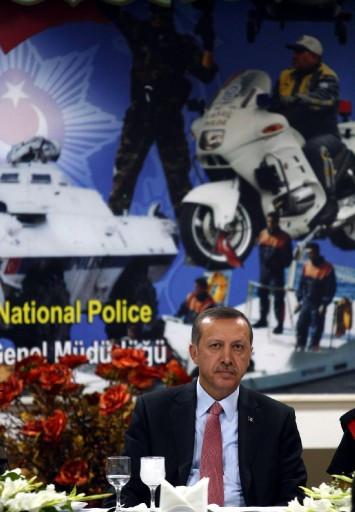 Erdoğan çocukların ellerini öptü