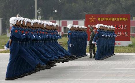 Kadın askerler podyumda
