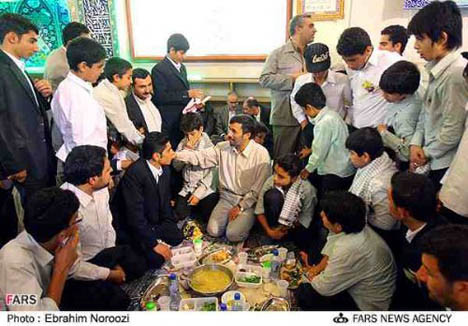 Ahmedinejad iftarını böyle açtı