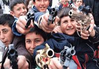 Eli silahlı çocuklar!