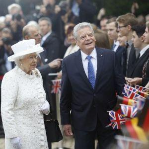 Meğer Kraliçe ''Nazi selamı'' vermiş !
