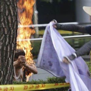 O gösterici kendini yaktı !