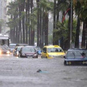 Adana sağanak yağış hayatı felç etti