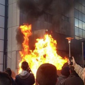 Kosova yangın yeri ! Başbakanlık ateşe verildi