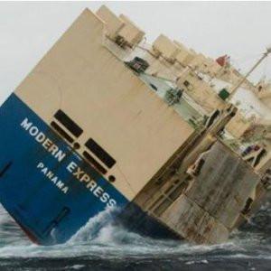 Yan yatan gemi sürükleniyor