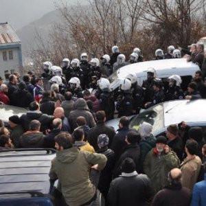 2.000 kişi o yolu kapattı ! Polis müdahale etti