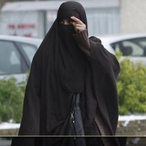 İstanbul'da çarşaflı erkek alarmı ! Polis onu arıyor..