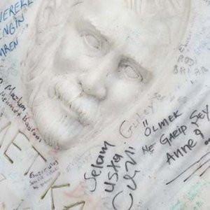 Ahmet Kaya'nın mezarlığında çirkin görüntü
