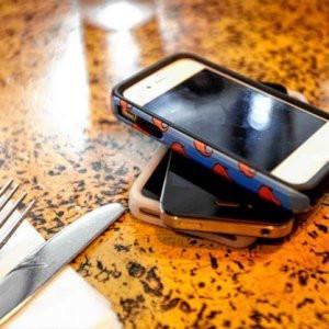 Cep telefonuna bakmadan yiyene dondurma bedava
